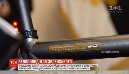 Вишиванка та велосипед: президенти України й Естонії обмінялись подарунками