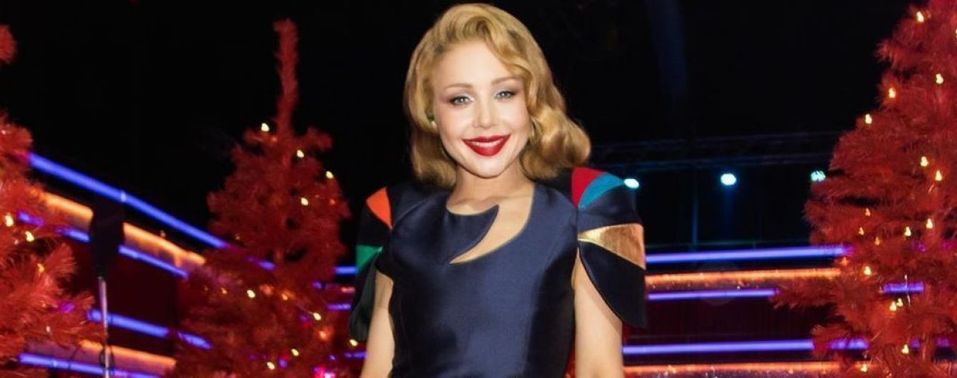У різнобарвній сукні і з розкішними прикрасами: новий ефектний аутфіт Тіни Кароль