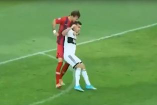 Суарес одобряет. В Чемпионате Парагвая футболист укусил соперника за голову