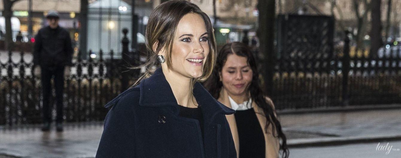 Лаконічно і стильно: шведська принцеса Софія в монохромному луці приїхала на конференцію