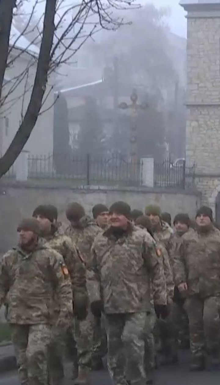 Мешканці Тернополя з оплесками й квітами зустрічали артилеристів, які повернулись із Донбасу