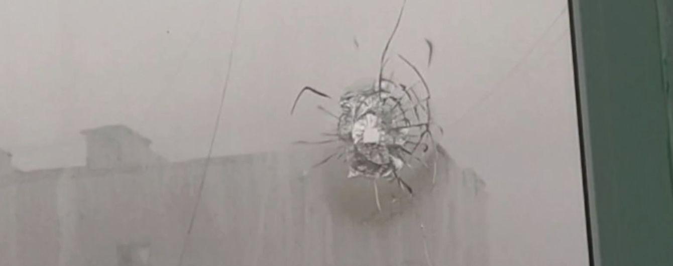 В Сумах мужчина навеселе выстрелил в птичье гнездо, а попал в окно дома