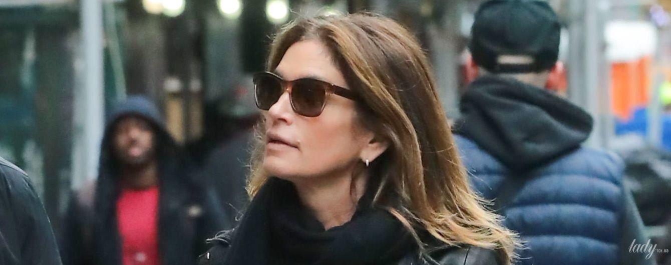 В куртці-косусі та джинсах: стильна Сінді Кроуфорд на прогулянці Нью-Йорком