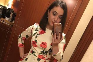 В платье с цветочным принтом: пресс-секретарь Зеленского похвасталась новым образом