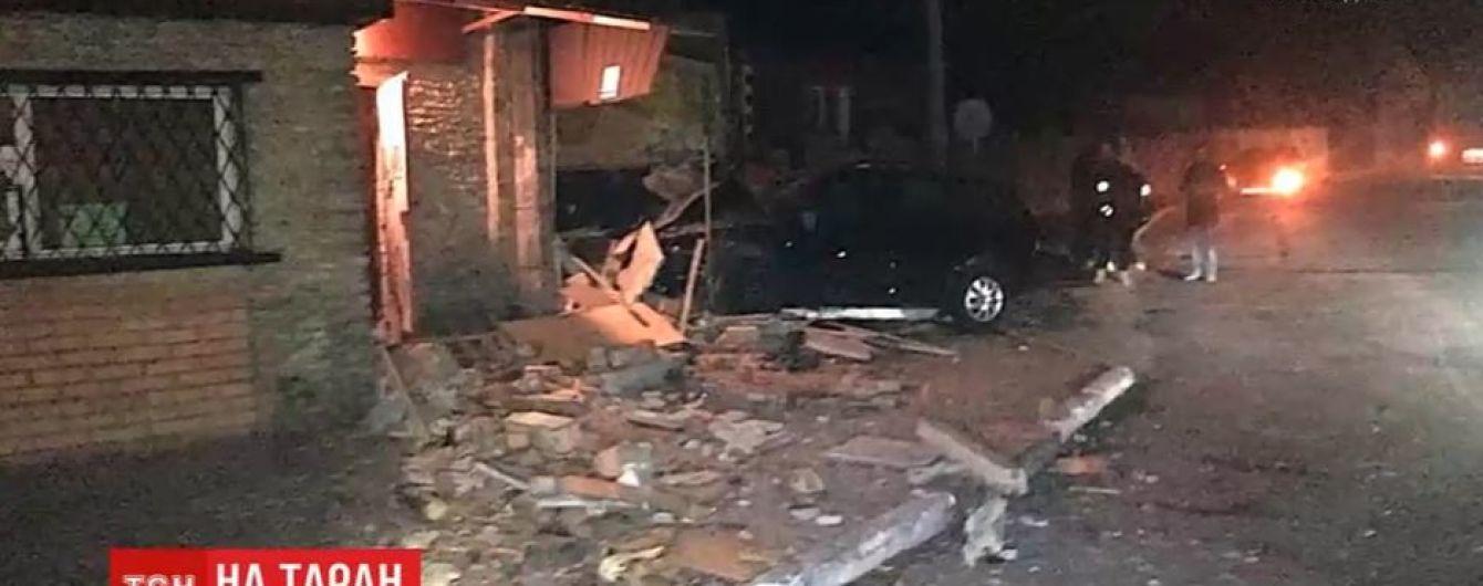 На Рівненщині водій з розгону протаранив кав'ярню на повороті