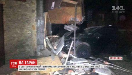 Водитель авто на скорости въехал в сельскую кофейню в Ровенской области