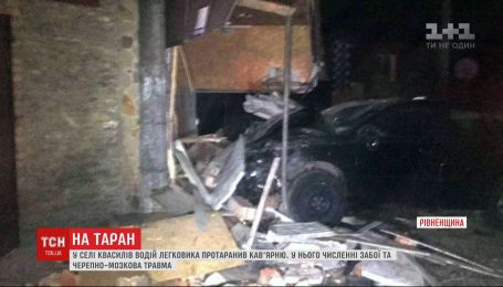 Водій авто на швидкості в'їхав у сільську кав'ярню на Рівненщині