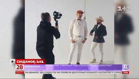 Новые подробности: в клипе рэпера Полиграф ШарикOFF заметили мужчину, похожего на MONATIK