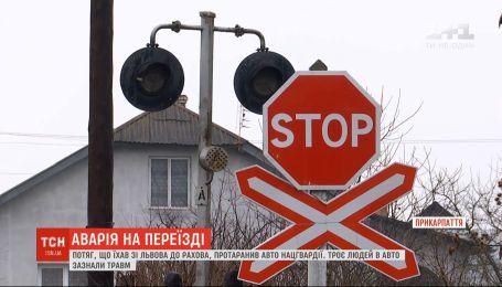 На Прикарпатье поезд протаранил автомобиль Нацгвардии: три человека получили травмы