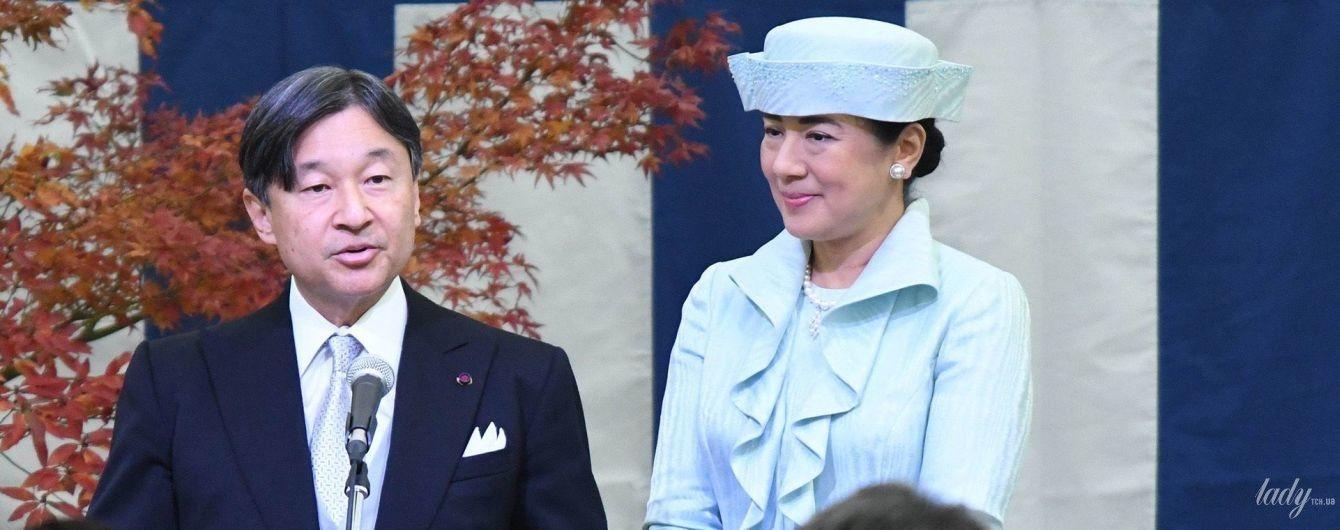 В нежно-голубом наряде с воланами: императрица Масако на церемонии чаепития