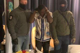 """В Киеве студент-иностранец хотел """"нагреть"""" аграриев фальшими долларами"""