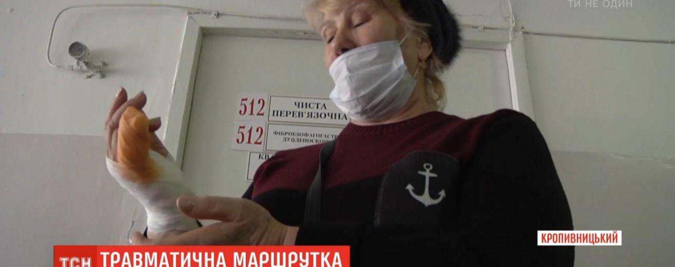 В Кропивницком пенсионерке оторвало полпальца дверью маршрутки