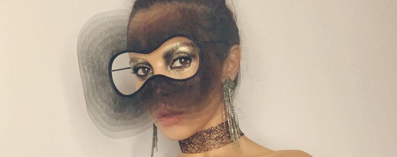 В маске и полупрозрачном платье: Настя Каменских похвасталась эффектным луком