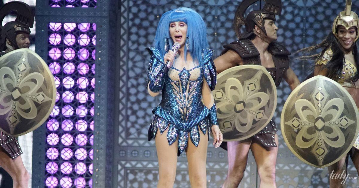 У синьому боді з розсипом страз: 73-річна співачка Шер вийшла на сцену у відвертому вбранні