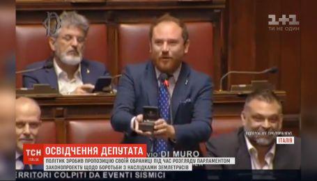 В Италии депутат прямо во время выступления сделал предложение любимой