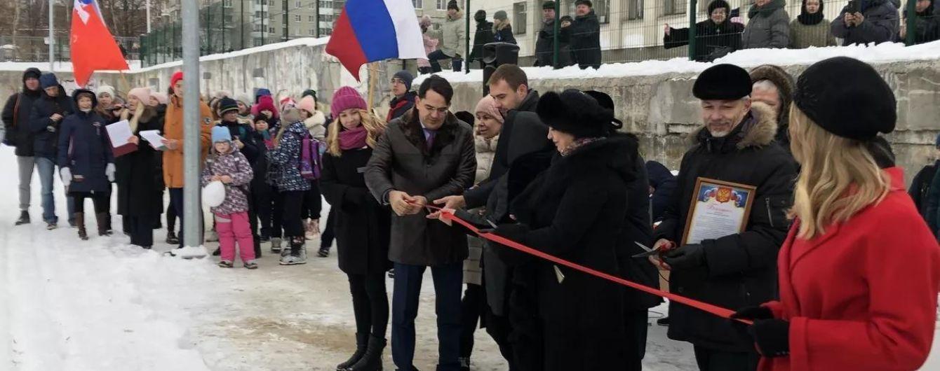 В РФ ученики 40 минут мерзли в ожидании чиновника. Он должен был открыть недостроенный стадион