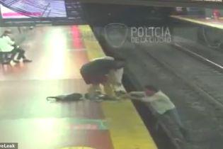 В метро Буэнос-Айреса пассажир посмотрел в смартфон и упал прямо на рельсы