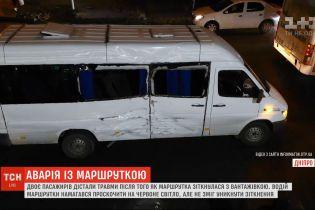 Двоє пасажирів дістали травми внаслідок зіткнення маршрутки та фури