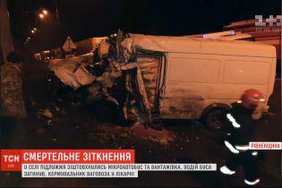 """На трассе """"Киев-Чоп"""" столкнулись грузовик и микроавтобус, есть погибшие"""