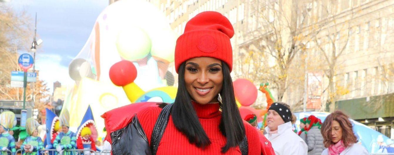 В красном пуховике и шапке: Сиара на параде в Нью-Йорке