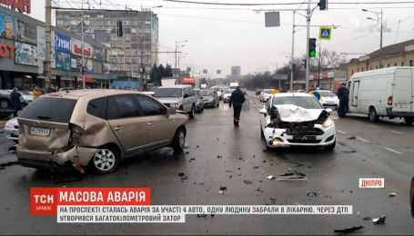 Одразу чотири авто зіткнулися у Дніпрі - утворився багатокілометровий затор