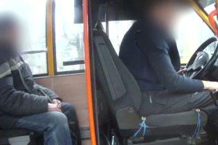 У Сумах водій маршрутки на очах пасажирів вмовляв копів взяти хабар