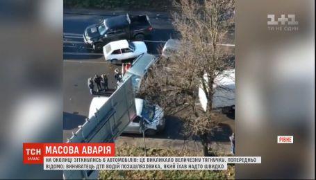 У Рівному зіштовхнулись 6 автівок: збитки внаслідок ДТП сягнули близько ста тисяч гривень