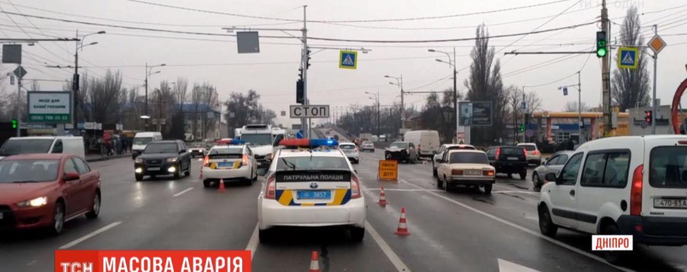 В Днепре столкнулись четыре автомобиля: образовался многокилометровый затор