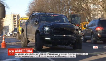 Водитель внедорожника спровоцировал аварию, в которой получили повреждения 6 автомобилей