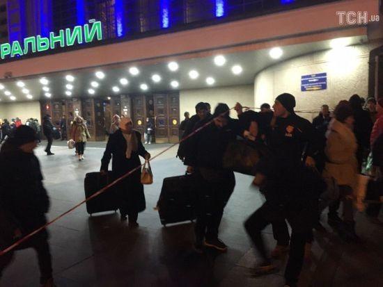 У Києві з Центрального вокзалу вивели людей через повідомлення про вибухівку