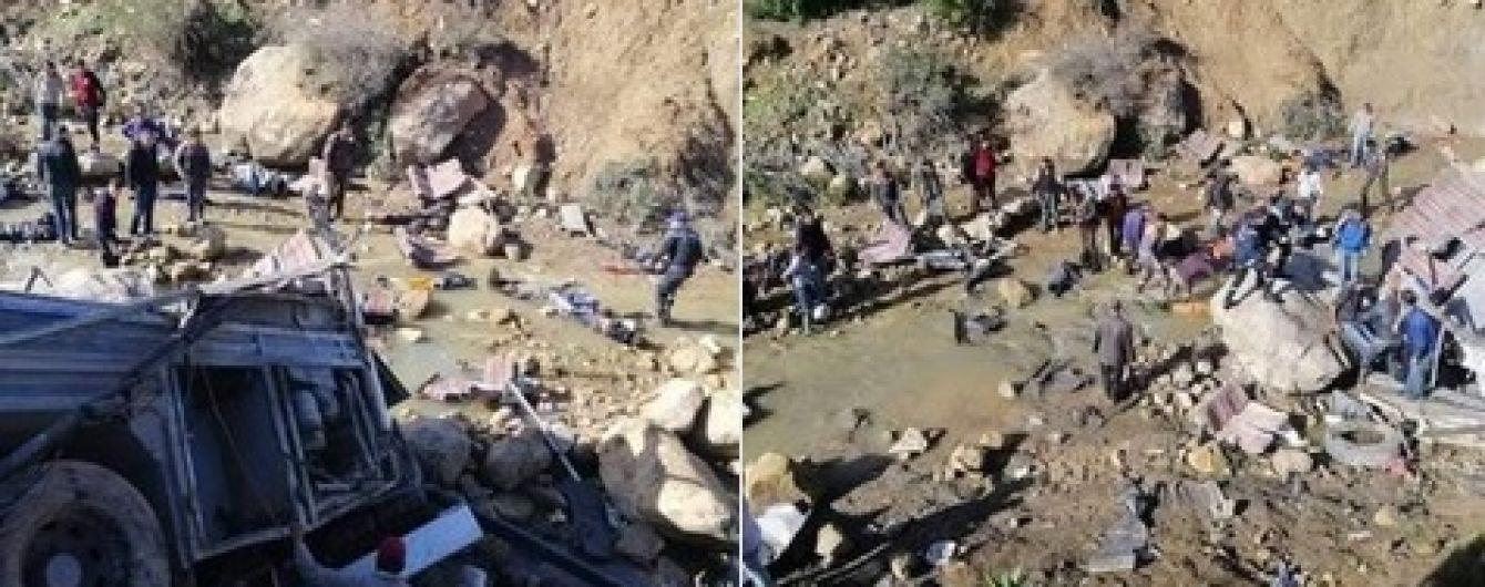 """У Тунісі на """"дорозі смерті"""" автобус з туристами зірвався в прірву - загинули щонайменше 24 людини"""