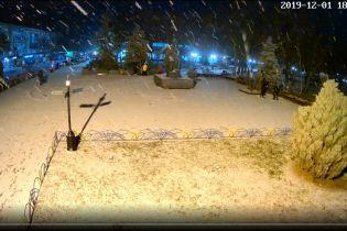 В первый день зимы Украину начало засыпать снегом. Синоптики предупреждают об ухудшении погодных условий