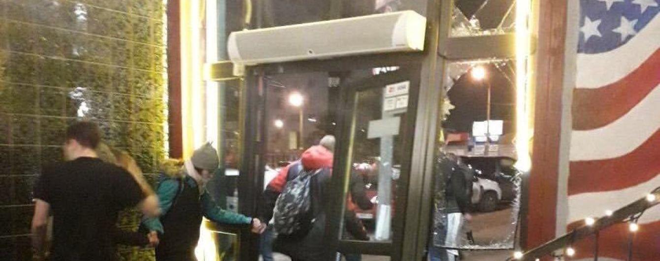 У Києві в масовій бійці розгромили піцерію – ЗМІ
