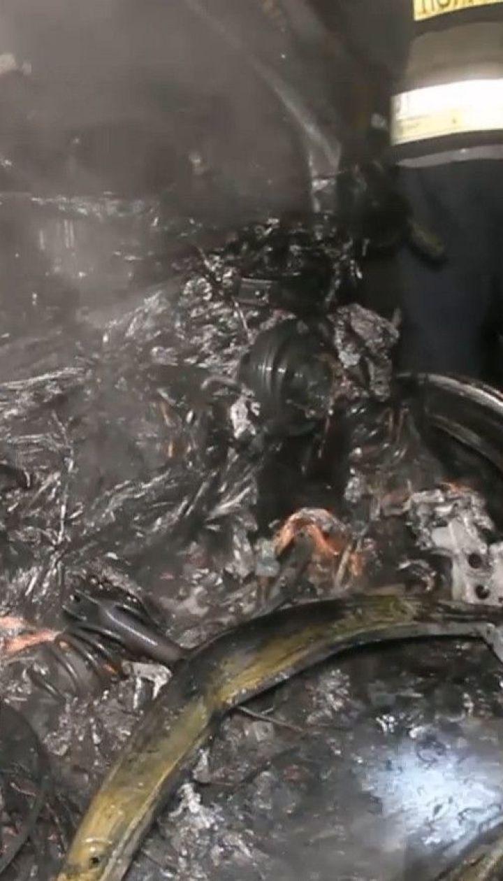 В Днепре ночью загорелся электрокар, пострадали и соседние авто