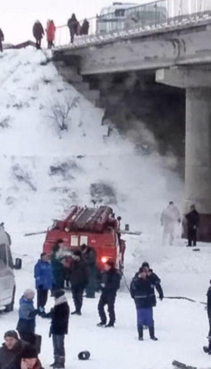 В России пассажирский автобус слетел с моста и упал на лед, есть погибшие