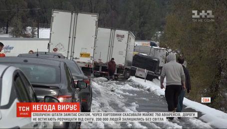 Из-за снегопадов в США отменяют авиарейсы и не успевают расчищать дороги