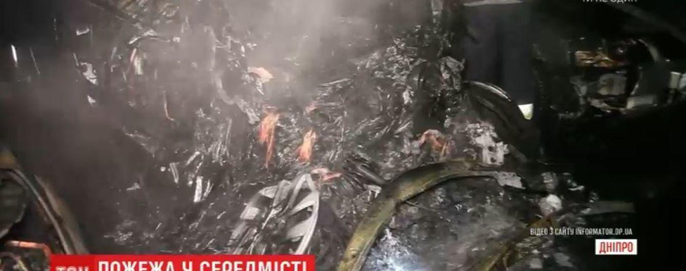 В центре Днепра из-за возгорания электрокара пострадали и соседние авто