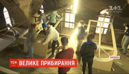 В помещении старой синагоги волонтеры строят общественное пространство для техников и ученых