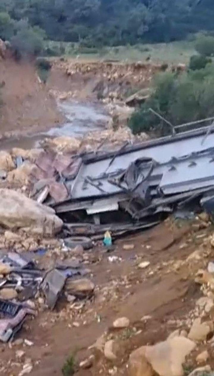Автобус с туристами сорвался со скалы в Тунисе – по меньшей мере 26 человек погибли
