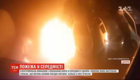 Электромобиль взорвался и загорелся на парковке в центре Днепра