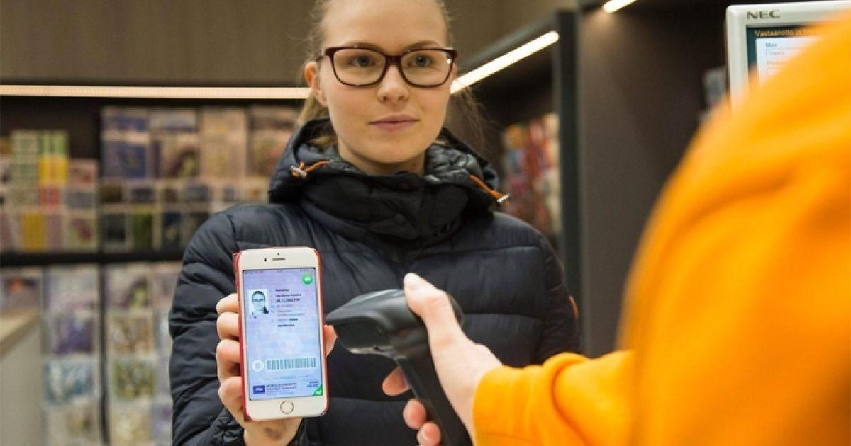 Гончарук показал на видео водительское удостоверение в смартфоне
