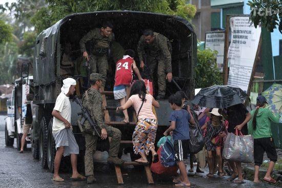 """На Філіппінах евакуювали 200 тисяч людей через тайфун """"Каммурі"""""""