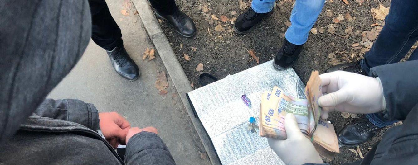 """На Харьковщине полицейский собирался """"отмазать"""" мошенника за 6 тысяч долларов"""