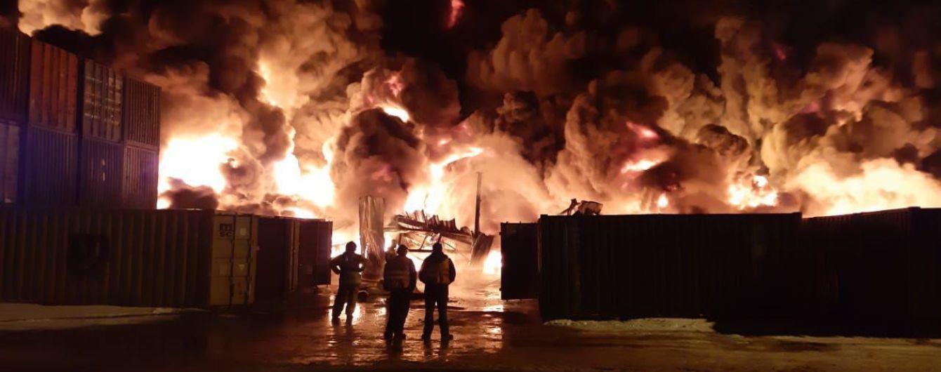 В Санкт-Петербурге масштабно горит склад таможни с химическими удобрениями