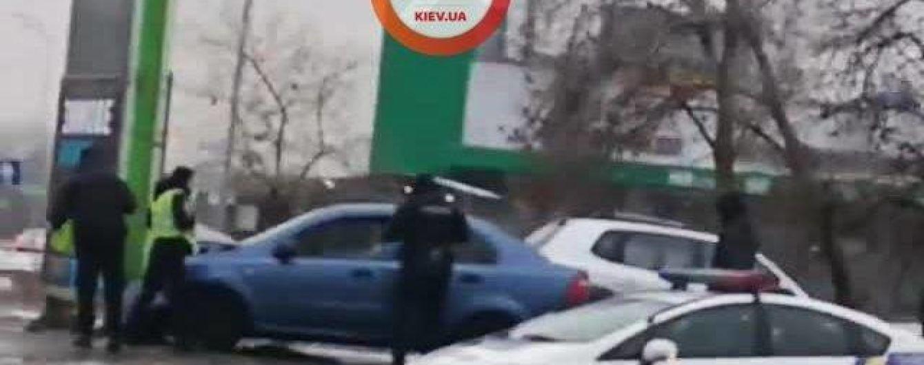 У Києві водій влетів у стелу автозаправки