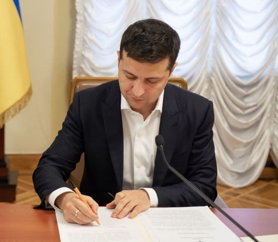 Зеленський підписав закон про протидію рейдерству в аграрній сфері