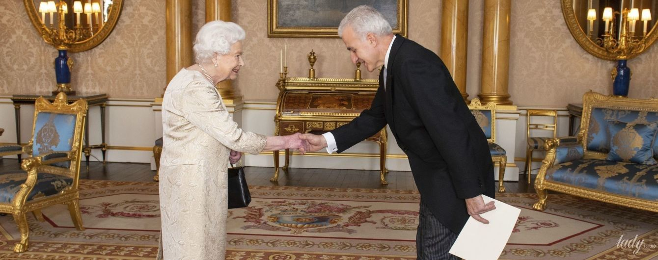 В светлом платье и с бордовой помадой на губах: королева Елизавета II дала аудиенцию во дворце