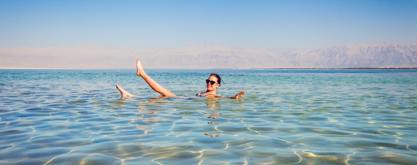 Солнечные пляжи с чистым песком и безумные вечеринки. Почему стоит отдохнуть в Израиле и как это сделать бесплатно
