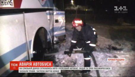 На Кировоградщине столкнулись авто и рейсовый автобус с пассажирами