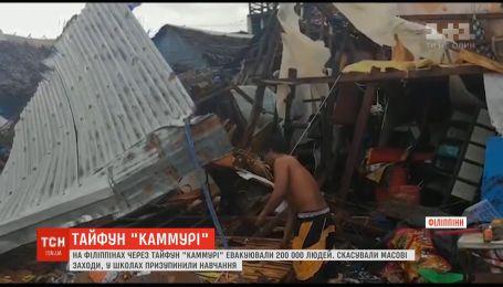"""Из-за тайфуна """"Каммури"""" на Филиппинах провели масштабную эвакуацию людей"""